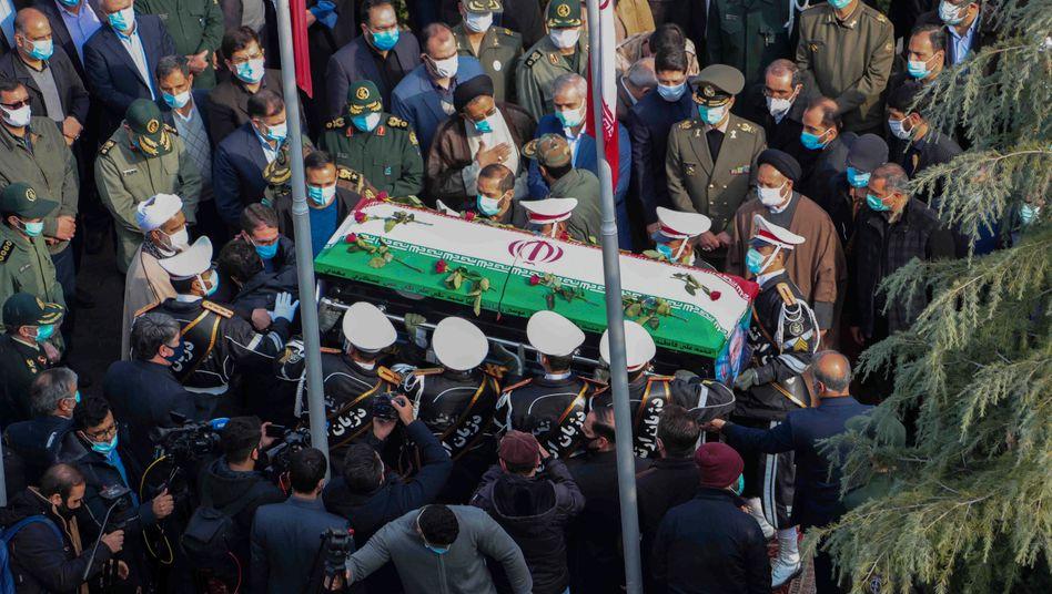 Militärangehörige tragen den Sarg des Wissenschaftlers Mohsen Fakhrizadeh durch Teheran