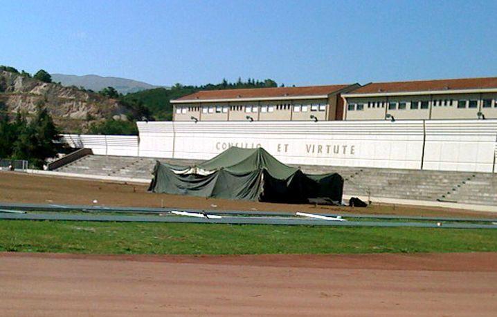 Der G-8-Gipfel als Camping-Urlaub: Das Zelt des libyschen Staatschefs Muammar al-Gaddafi vor der Kaserne der Guardia di Finanza in L'Aquila