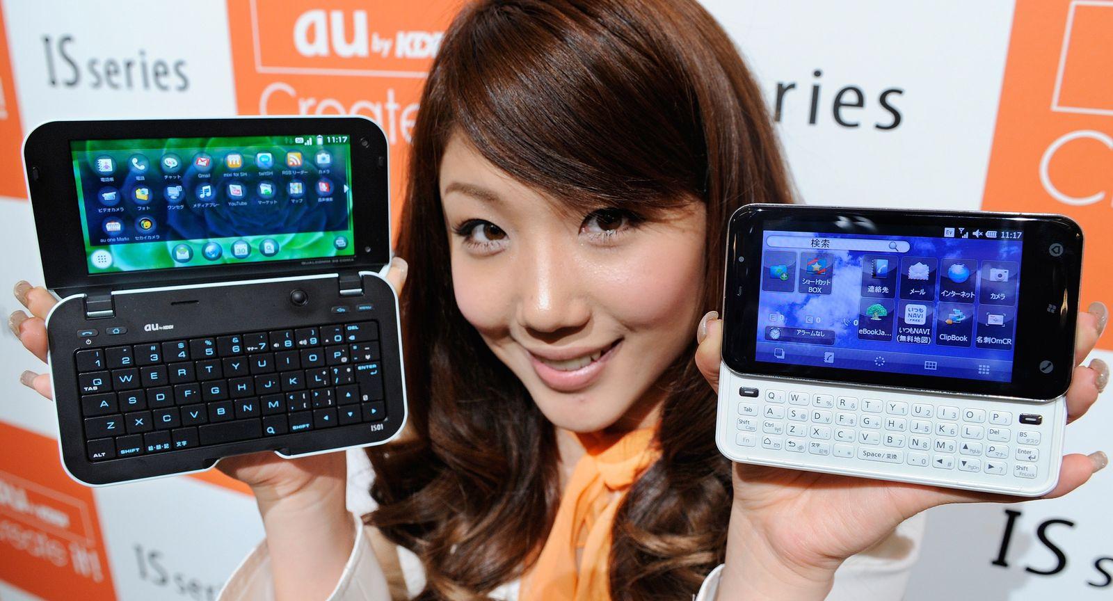 JAPAN-TELECOM-KDDI-SMARTPHONE