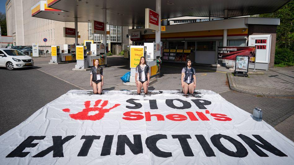 Proteste von Klimaschützern vor einer Shell-Tankstelle in Den Haag