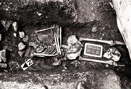 Skelett im Bereich einer Richtstätte im hessischen Lichtenau: Der Schädel zwischen den Beinknochen verrät, dass der Mann enthauptet wurde