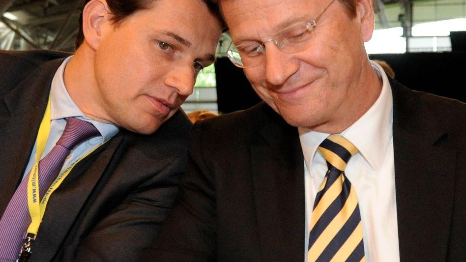 Außenminister Westerwelle (r.) mit Partner Mronz: VIP-Pass fürs sorgenlose Reisen