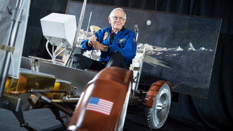 Charlie Duke in einem Nachbau des Mondautos (am 1. Juni 2019 in München)
