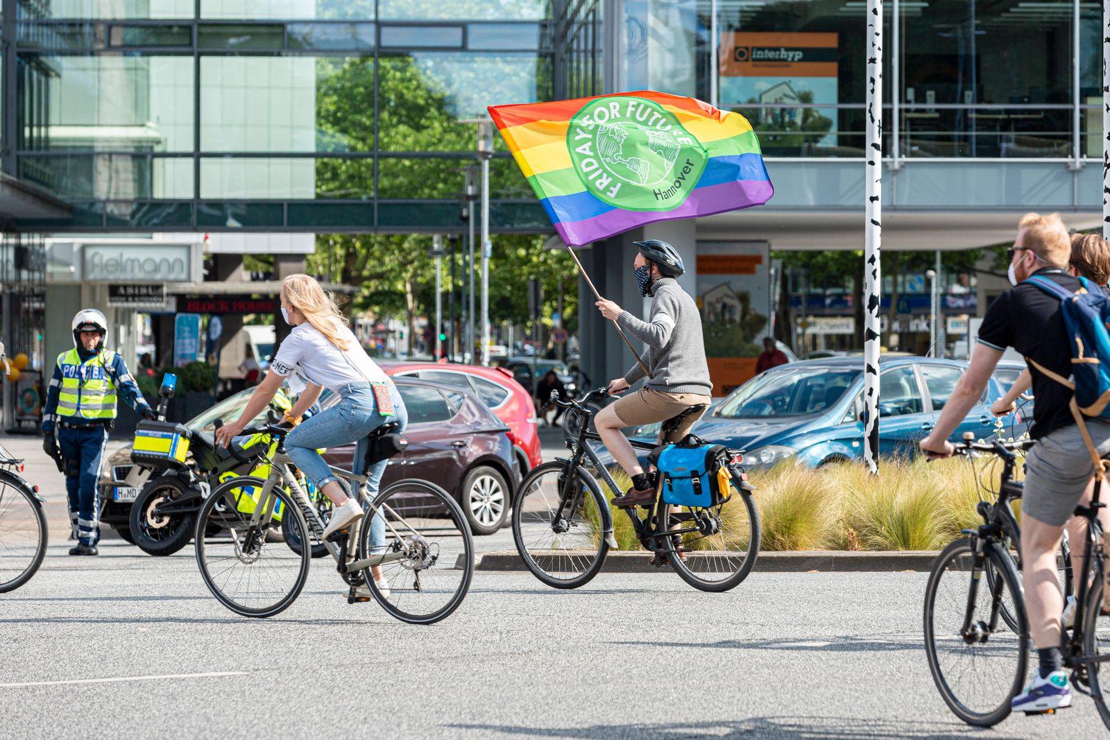DEUTSCHLAND, NIEDERSACHSEN, HANNOVER, 29.05.2020 - Fahrraddemo von Fridays for Future - Teilnehmer der Fahrraddemo über