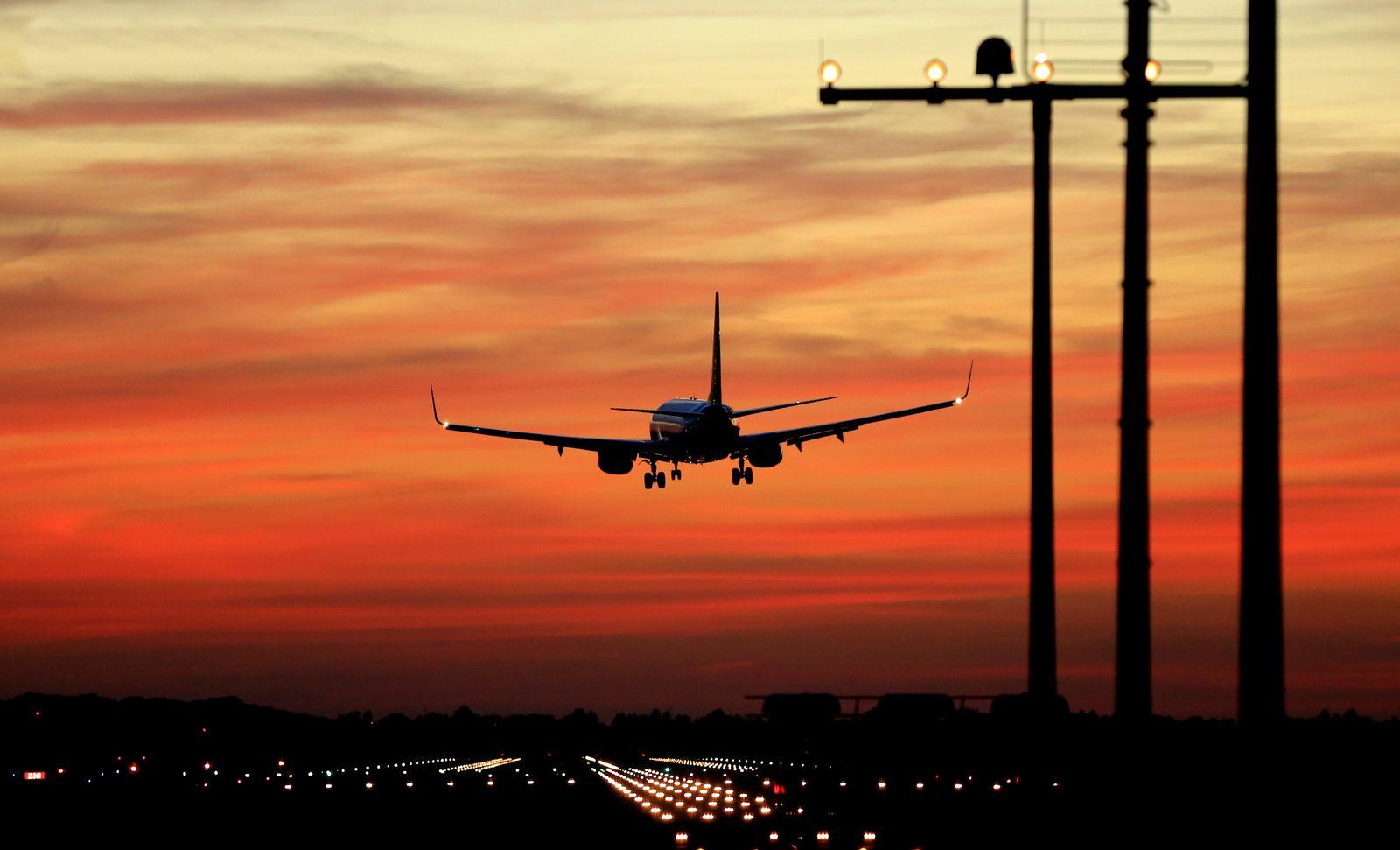 Sonnenuntergang am Düsseldorfer Flughafen
