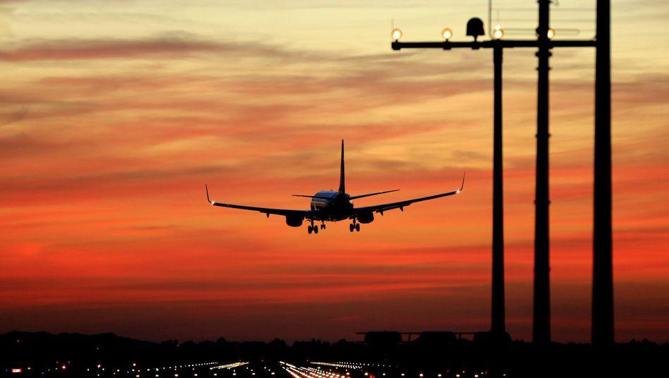 Flugzeuglandung: Am richtigen Tag kommt's günstiger