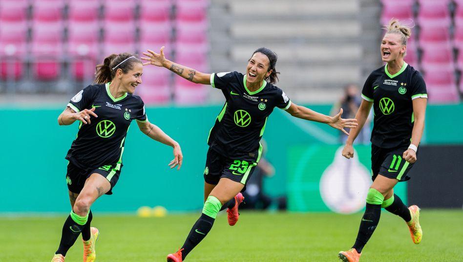 Anna Blässe (links) jubelt nach dem zwischenzeitlichen 2:2: Wolfsburg ist Pokalsieger