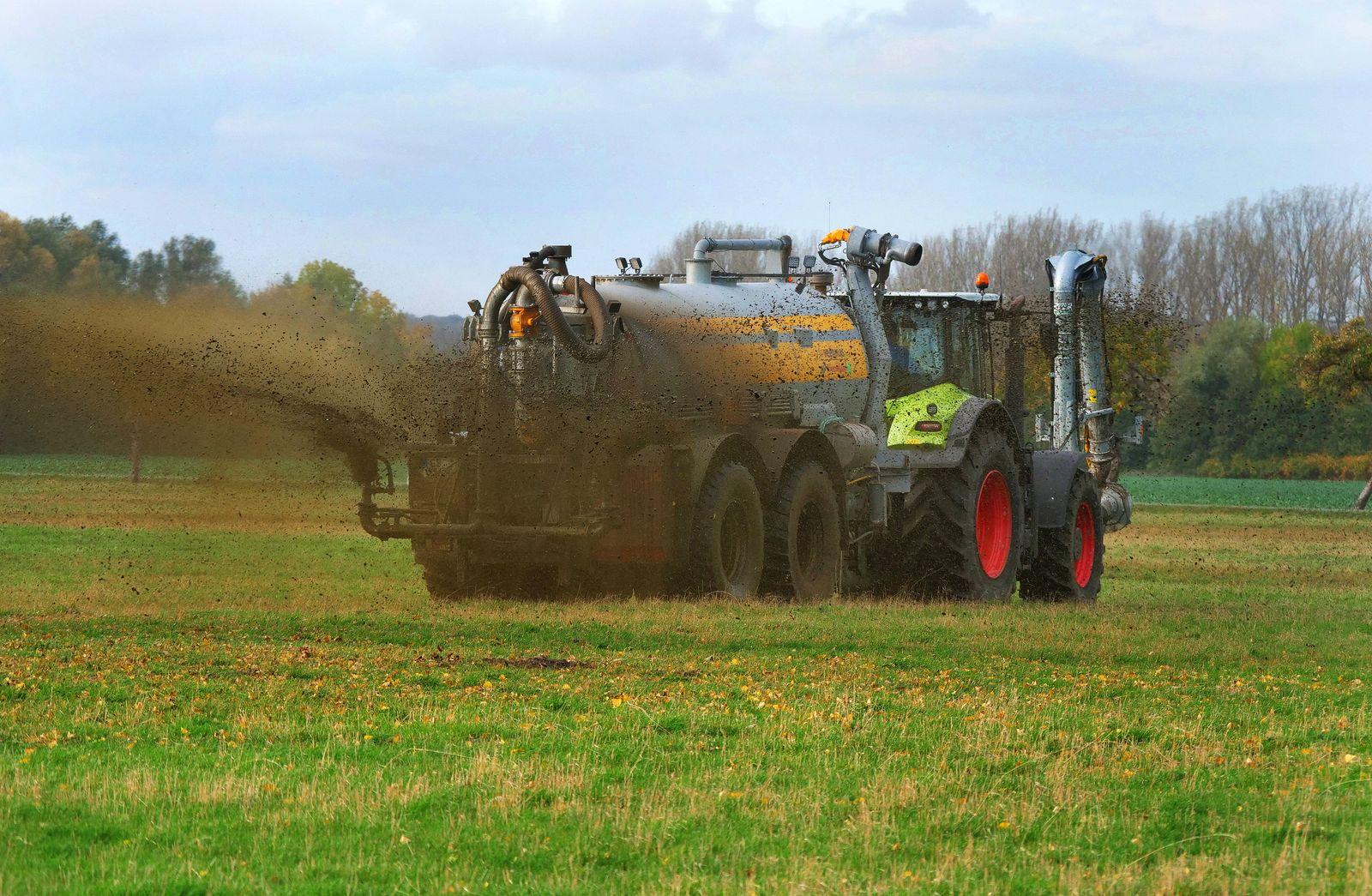 u.B.z. Auf einem Acker in Schauen am Harz in Sachsen-Anhalt, bringt ein Landwirt per Guellefass mit Schwenkverteiler Ga