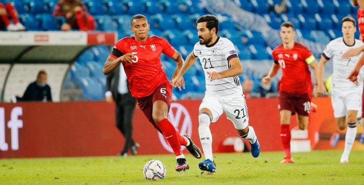 Fußball-Nationalspieler Ilkay Gündogan (r.)
