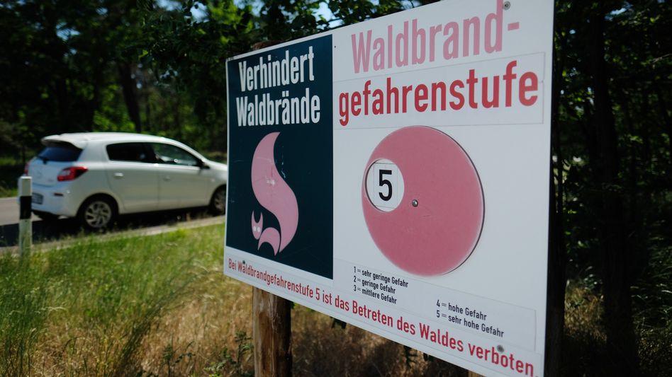 Warnhinweis an einer Landstraße in Nordsachsen: Durch die anhaltende Trockenheit steigt die Waldbrandgefahr