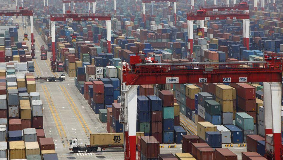 Container im Hafen von Shanghai: Nachfrage aus dem Ausland sinkt