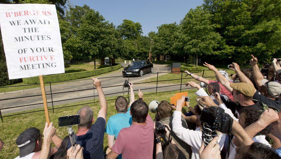 """Protest in Watford: Treffen der """"Bilderberger"""""""