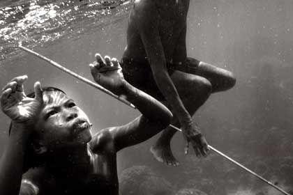 Junge Moken bei der Fischjagd: Schon früh den Umgang mit dem Speer gelernt
