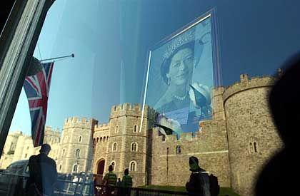 Schloss Windsor spiegelt sich in einem Schaufenster, wo ein Bild der Verstorbenen ausgestellt wurde