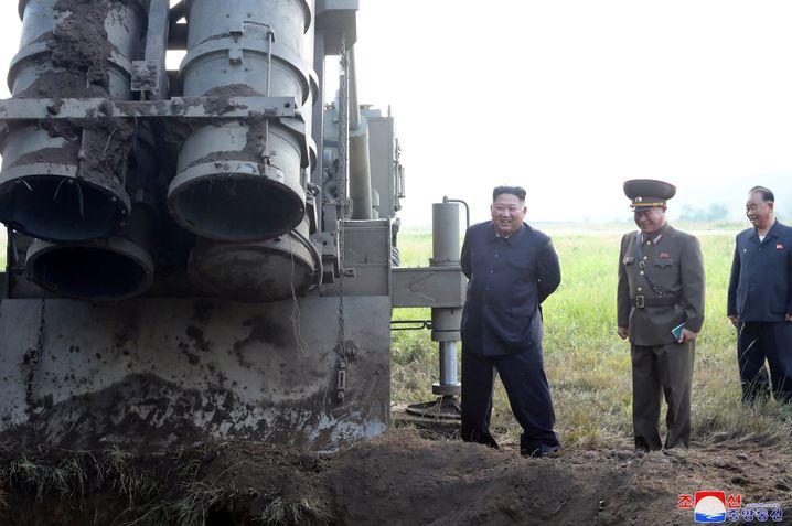 Kim Jong Un posiert nach dem Test neben einem Raketenwerfer