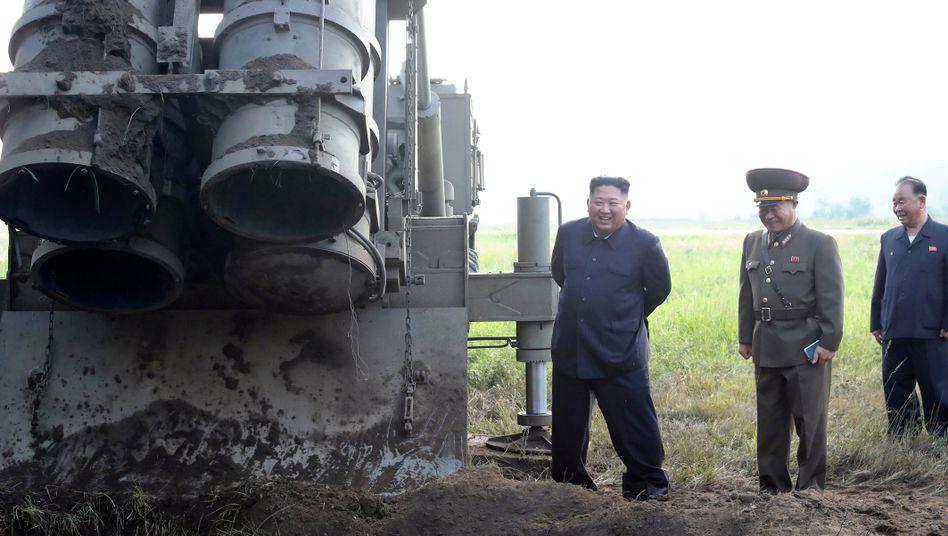 Diktator Kim Jong Un posiert neben Raketenwerfer