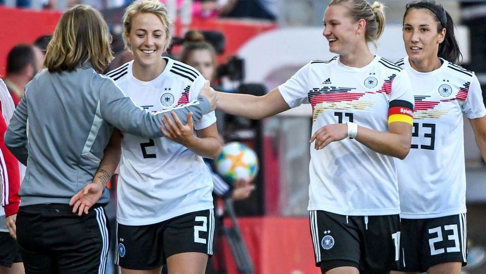 Carolin Simon (2.v.l.) jubelt mit Alexandra Popp und Sara Doorsoun von Deutschland gegen Chile