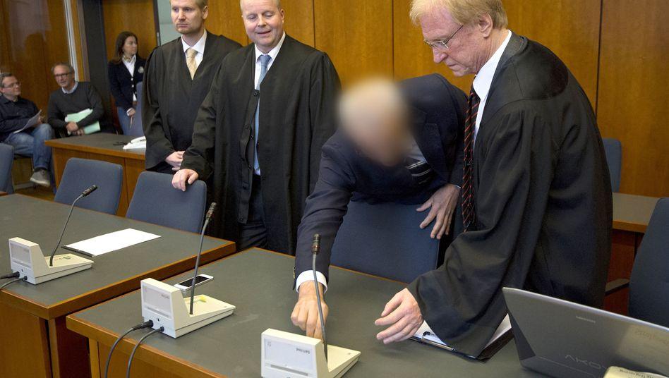 Der angeklagte Arzt Aiman O. (2.v.r.): Verteidigung will Freispruch erreichen