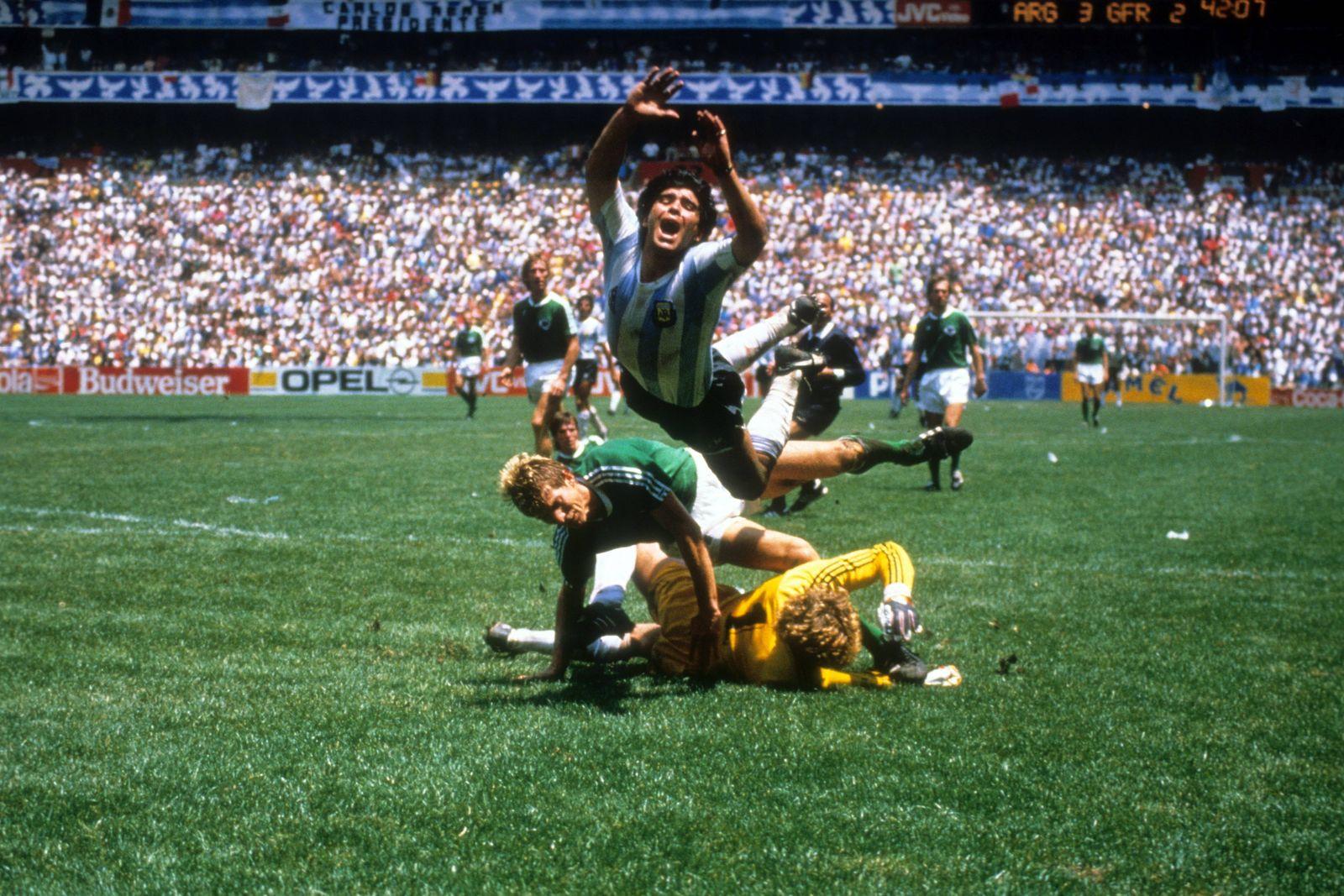 Diego Armando Maradona Argentinien ob und Karlheinz Förster fallen über Torwart Harald Schumache