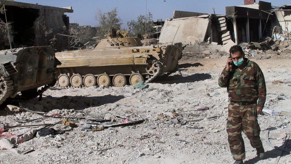 """Syrischer Soldat mit Mundschutz im Stadtteil Dschubar von Damaskus: """"Kaum Zweifel"""" an Giftgaseinsatz"""
