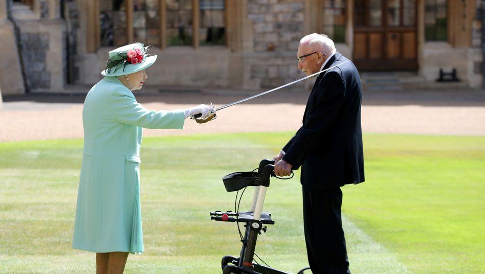 Queen Elizabeth II., Tom Moore am 17. Juli 2020 im Hof von Schloss Windsor