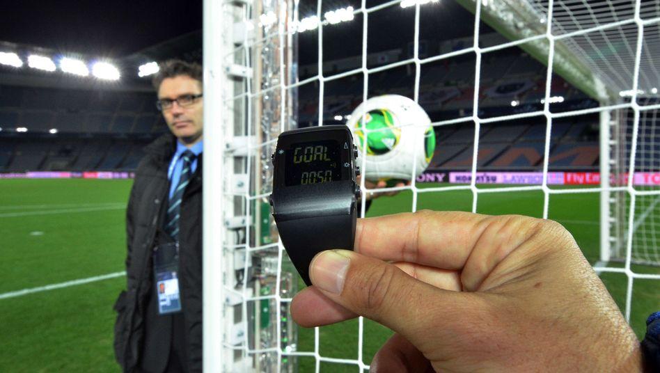 Signal auf der Armbanduhr: Die Torlinientechnik soll den Schiedsrichtern helfen
