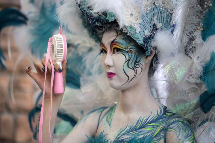 Von Asiaten lernen: Model mit tragbarem Ventilator in Südkorea