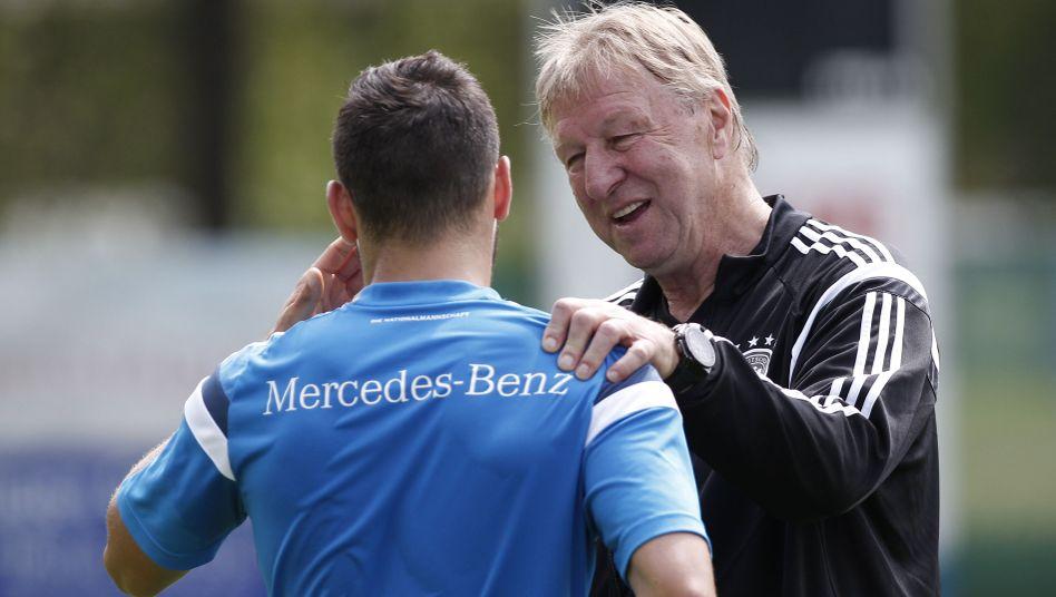Hrubesch mit U21-Kapitän Volland: Nah am Spieler