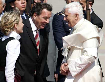 Schröder nebst Gattin beim Papst in Köln: Millionen Frauen werden sich ärgern