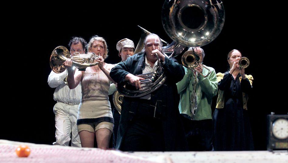 """Mit viel Slapstick, Blasmusiklärm und Charly Hübner (l.): """"Onkel Wanja"""" am Hamburger Schauspielhaus"""
