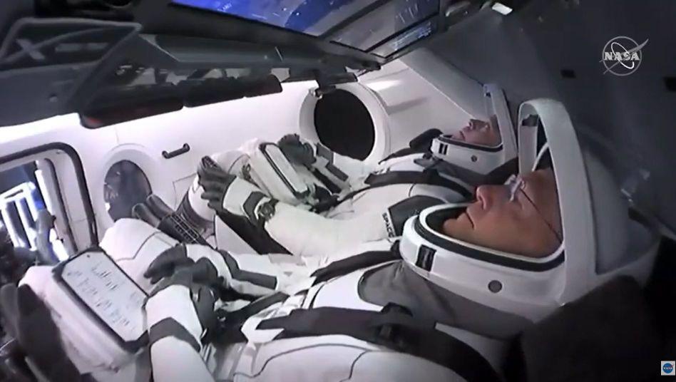 Raumfahrer Hurley (vorn) und Behnken (hinten) vor dem Start in ihrer Kapsel