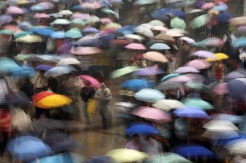 Menschenmenge: 48 Prozent aller Personen können über sechs Stationen erreicht werden