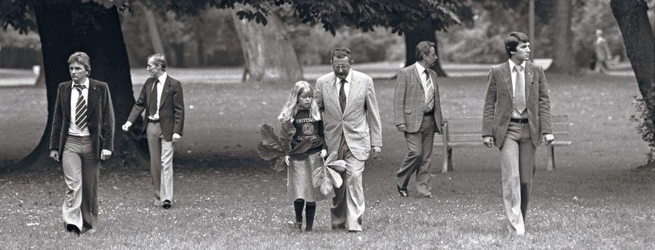 Innenminister Baum mit Tochter und Leibwächtern in Köln 1978
