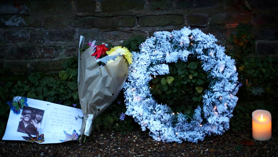 Vor dem Haus der Familie von George Michael legten Fans Blumen in Gedenken an seine Schwester nieder