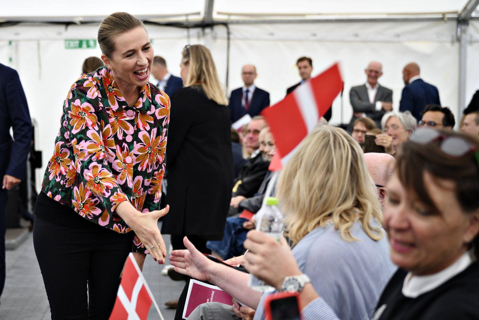 Statsminister Mette Frederiksen S hilser paa nye statsborgere da Folketinget inviterer nye statsb