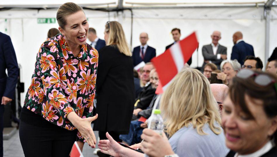 Staatsministerin Mette Frederiksen begrüßt neue Staatsbürger im September - per Handschlag