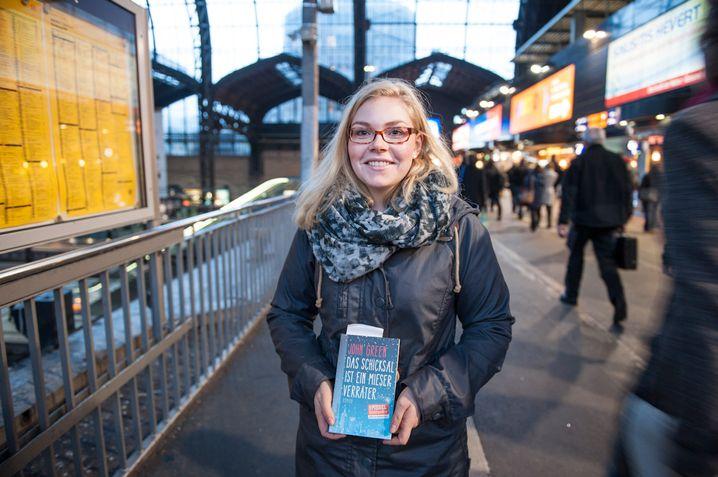 Meike Wagner vertreibt sich die Zeit mit einem Buch