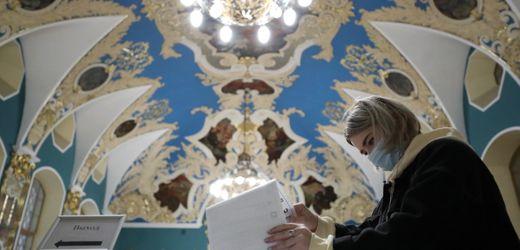 Russland: Kremlpartei »Einiges Russland« führt bei Parlamentswahlen