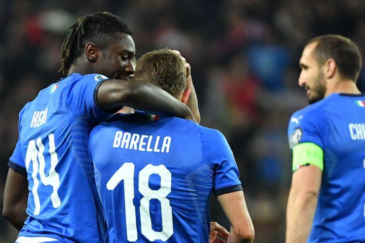 Debütanten hoch zwei: Moise Kean (links) und Nicolò Barella (Mitte) feiern den Auftaktsieg in die EM-Qualifikation - nach ihren siegbringenden Toren.