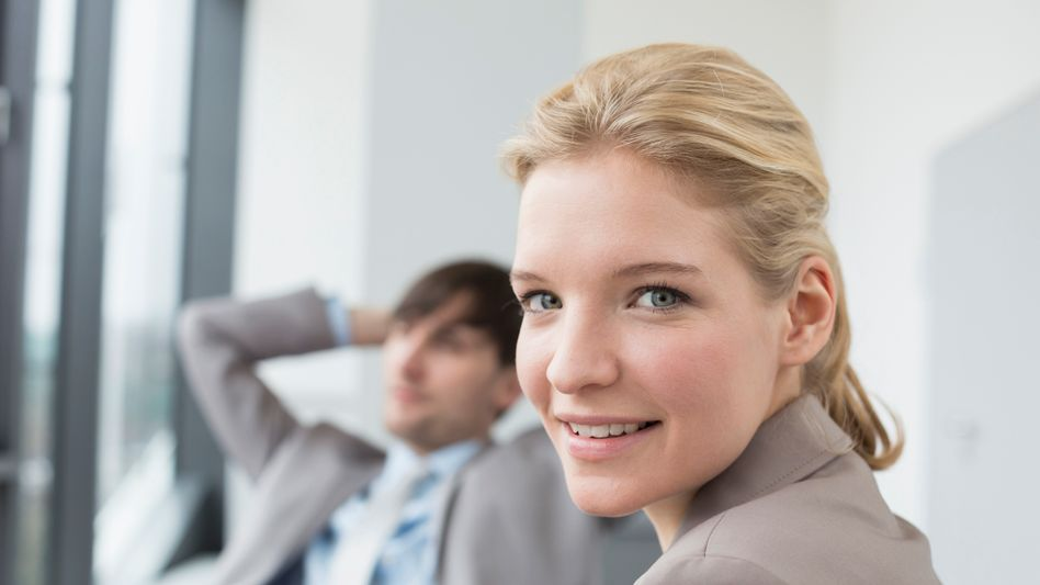 Junge Frau im Büro: Werde ich ein Leben ohne finanzielle Sorgen führen?