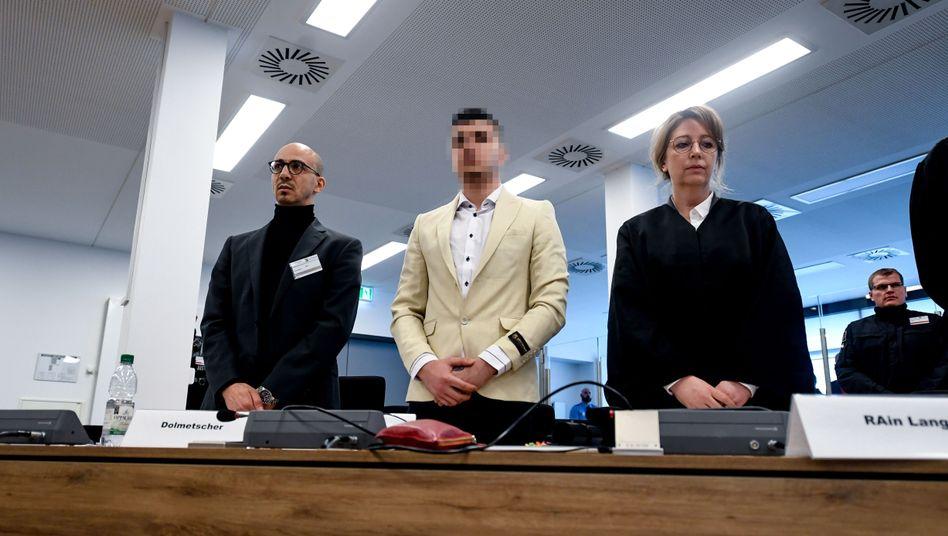 Der angeklagte Alaa S. (Mitte) mit Übersetzer und Verteidigerin
