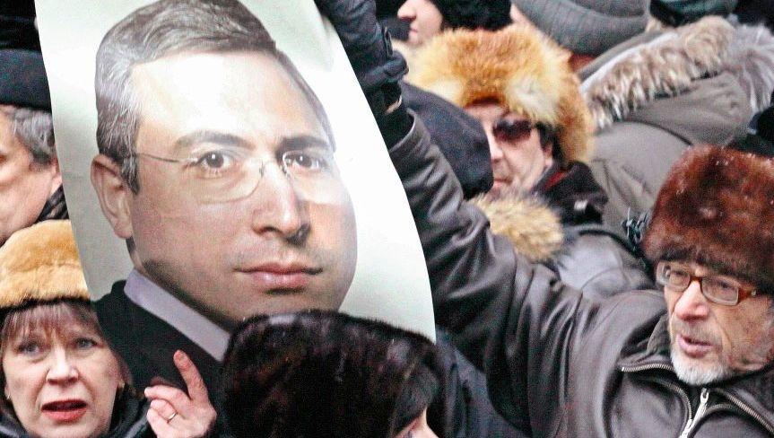 Chodorkowski-Unterstützer bei einer Demonstration vor dem Moskauer Gericht 2010