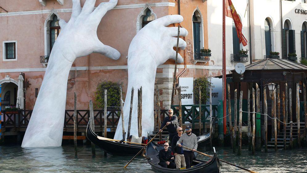 Skulptur in Venedig: Gestützt durch die Kunst