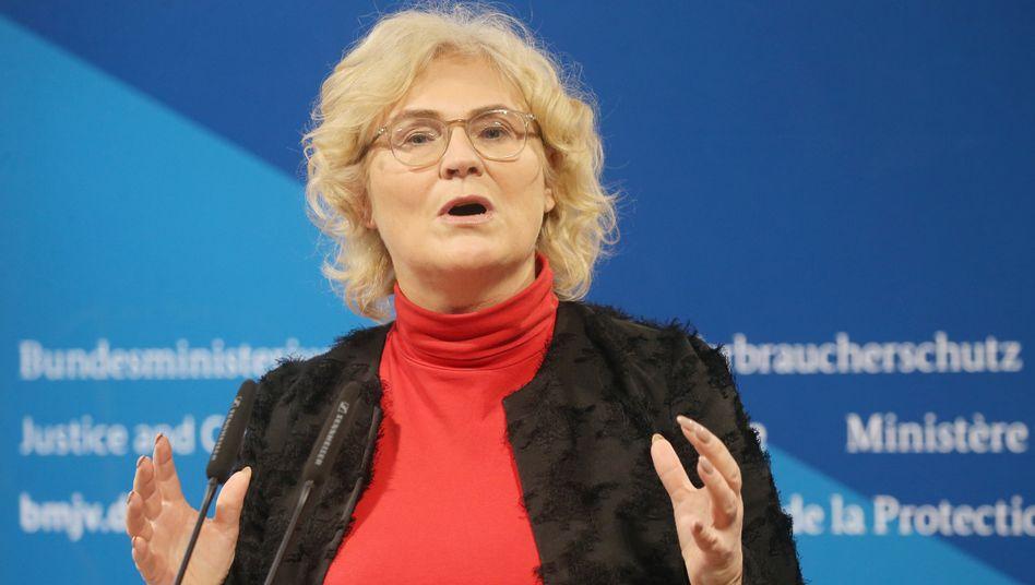 """Bundesjustizministerin Christine Lambrecht: """"Im Gesetz muss ganz klar zum Ausdruck kommen, dass es sich hierbei ohne Wenn und Aber um Verbrechen handelt"""""""