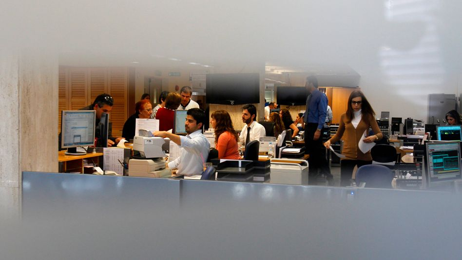 Mitarbeiter der Laiki Bank in Nikosia: 5,8 Millionen an ein einziges Unternehmen?