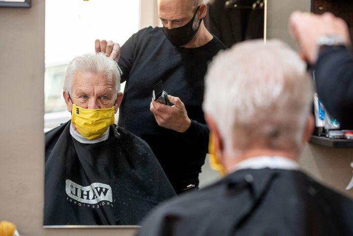 Winfried Kretschmann darf mit Maske wieder zum Frisör, will das Kontaktverbot aber beibehalten