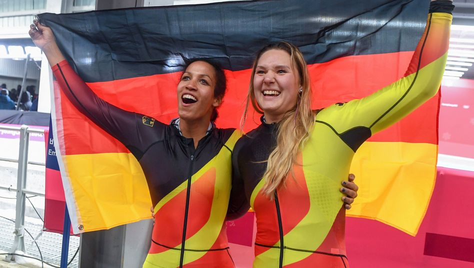 Pilotin Mariama Jamanka (l.) und Anschieberin Lisa Buckwitz (r.)