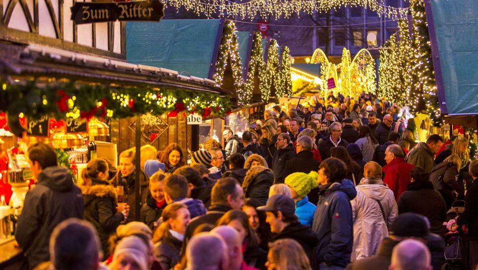 Passanten auf einem Weihnachtsmarkt in Essen