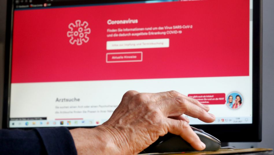 Eine Seniorin informiert sich über den Impftermin: Wann kommt sie wohl durch?