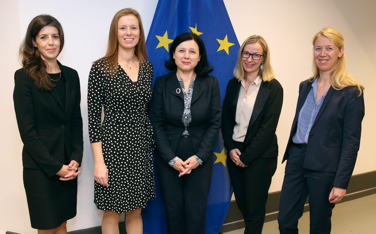 Vera Jourova mit Social Media Vertreterinnen